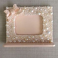 Make out of from a old outdated frame or dollar store frames Button Art, Button Crafts, Marco Diy, Fun Crafts, Diy And Crafts, Photo Frame Crafts, Outdoor Metal Wall Art, Metal Art, Jewelry Frames