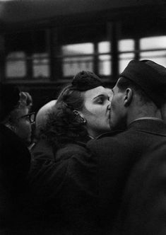 Photographer Harold Feinstein, Bidding Farewell 1952 at Camp Kilmer New York Photography, Vintage Photography, Couple Photography, Street Photography, Edward Steichen, George Sand, Old Photos, Vintage Photos, Famous Photos