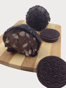 """Roberts Holy crap, you need to figure out how to make this so we can have it at our next birthday lunch lol """"oreo cookie breaded deep fried ice cream"""" Frozen Desserts, Frozen Treats, Just Desserts, Delicious Desserts, Dessert Recipes, Dessert Ideas, Cookie Recipes, Brownie Ice Cream, Ice Cream Cookies"""
