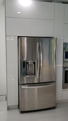 Modern Kitchen Interiors, Luxury Kitchen Design, Kitchen Room Design, Modern Kitchen Cabinets, Home Decor Kitchen, Interior Design Kitchen, Modern House Design, Kitchen Backsplash, Dark Cabinets
