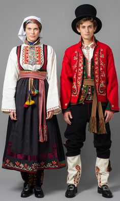 Costume from the early It has many possibilities for variation. It could have been made of brocade, silk or velvet. Everything was sewn by hand and the apron was embroidered with gold or silver thread. Folk Clothing, Historical Clothing, Folk Fashion, Ethnic Fashion, Folk Costume, Costume Dress, Norwegian Clothing, Costumes Around The World, Frozen Costume