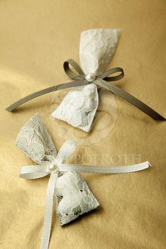 Μπομπονιέρα για αρραβώνα Wedding Candy, Wedding Favors, Party Favors, Wedding Gifts, Diy Bow, Diy Ribbon, Ribbon Work, Chocolate Decorations, Crafts Beautiful