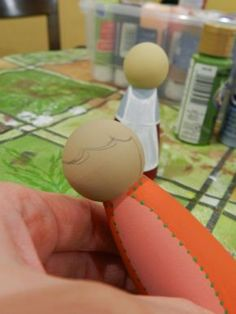 tipss & tutorial on painting dolls Ordinary Lovely: Tips for Painting Peg Dolls for Beginners By a Beginner Wood Peg Dolls, Clothespin Dolls, Clothespin Crafts, Doll Crafts, Diy Doll, Wooden People, Clothes Pegs, Operation Christmas Child, Doll Painting