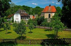 Erinnerungen an das 13. Jahrhundert, ...  findet man bei dem aus einem untergegangenen Wilhelmitenkloster entstandene Benediktinerkonvent, Kloster Gräfinthal. Heute ist es ein regionaler Marienwallfahrtsort und liegt in der Nähe von Bliemengen-Bolchen, in der Gemeinde Mandelbachtal.