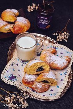 Cornuri pufoase umplute cu magiun de prune Food Goals, Croissant, Bagel, Biscotti, Bread, Pastries, Crescent Roll, Crescent Rolls, Breads