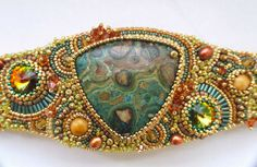Well done bracelet by Angie at http://gyongyblogulany.blogspot.hu/ - In Hungarian. Beautiful technique, find the inside of the bracelet for a unique finish!