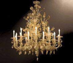 #Lampadario #rezzonico #vetro Lampadario rezzonico in vetro oro e fiori H. 182 cm – ø. 144 cm Lampadario stile rezzonico 18 luci alterante, foglie taglientate e pendenti a grappolo d'uva