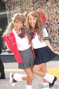 OJ: 日本の女子高生2012 - known as ko-gals, these Japanese girls tan themselves, dye their hair a lighter shade, and wear white or lighter-colored makeup.