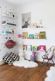 Lastenhuone, kirjahyllyt, värit, koristeet