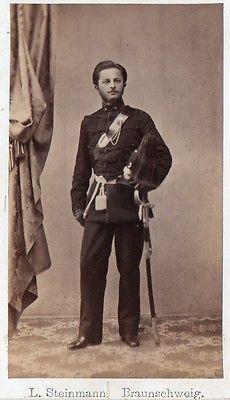 Uraltes CDV Foto um 1860 Offizier Husar Braunschweig Säbel Mütze Busch Totenkopf