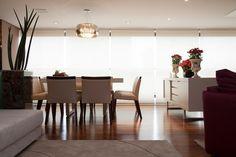 Na proposta do arquiteto Marcos Contrera, a sala de jantar (21 m²) está integrada à varanda gourmet. Para conectar os ambientes, o projeto estabeleceu piso de madeira em todo o social. Repare que o bufê (à dir.) ajuda a delimitar o local para refeições do restante do living