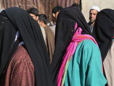 Wahlgeheimnis: Vollverschleiert warten muslimische Frauen im indischen Teil Kaschmirs vor dem Wahllokal.