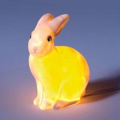 Son craquant minois vous attendrira. Lampe en polypropylène pour une lumière douce et tamisée. Dimensions : H. 28 x L. 25 cm. Ampoule G4, 10 W fournie. Livrée avec transformateur très basse tension.
