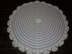 tapete confeccionado em crochê <br>material utilizado barbantealgodão <br>cores: azul claro rosa claro e branco <br>ideal para quarto de bebe,pode ser lavado <br>pode ser encomendado em outras cores que você escolher