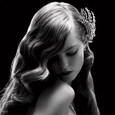 Vintage Hairstyles With Bangs Classic Side split Middle Curl Wave Thick Bangs Vintage Long Wedding Hairstyle with Fine Silver Diamond Hair Pin Wedding Hairstyles For Long Hair, Vintage Hairstyles, Hairstyles With Bangs, Pretty Hairstyles, Hair Accesories Wedding, Bride Accessories, Corona Floral, Retro Updo, Diamond Hair