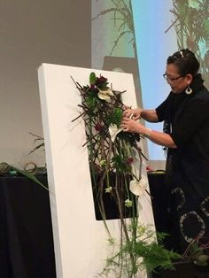 Looking for a cost-effective alternative to a flower wall? This video shows you how to design a cost-effective yet amazing flower curtain. Funeral Floral Arrangements, Modern Flower Arrangements, Deco Floral, Arte Floral, Ikebana Flower Arrangement, Ikebana Arrangements, Flower Structure, Modern Floral Design, Corporate Flowers