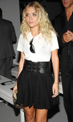 Here are 17 of Mary-Kate and Ashley Olsen 's best summer looks with skirts. Click below to see the rest. Ashley Olsen Style, Olsen Twins Style, Ashley Olsen Hair, Kate Olsen, Elizabeth Olsen, Mode Chic, Mode Style, Corsets, Summer Skirts