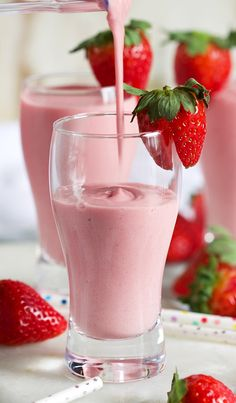 Strawberry Banana Smoothie being poured into a pilsner shaped glass with a straw. Strawberry Banana Smoothie being poured into a pilsner shaped glass with a strawberry perched on the edge of the glass. Banana Smoothie Bowl, Blackberry Smoothie, Fruit Smoothie Recipes, Easy Smoothies, Smoothie Drinks, Strawberry Smoothie Recipe Without Yogurt, Smoothies With Strawberries, Smoothies With Yogurt, Smoothie Glass