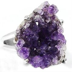 LARGE AMETHYST DRUZY HAND SET IN A HALLMARKED 925 STERLING SILVER RING Size 8.5 <br/><br/>ITEM DESCRIPTION: <br/>Stone Type: Amethyst Druzy <br/>Approximate Ring Head Size: 22mm x19mm x (H)8mm <br/>Approximate Total Weight of Ring (Stone