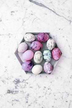 Jos tänä pääsiäisenä ei marmoroi munia, niin ei milloinkaan. Tehtiin tyttöjen kanssa äsken niin fäshönit pääsiäiskoristeet. Ostin pussillisen Mignoneita ja puhalsin muutamia kanamunan kuor