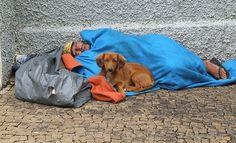 Este senhor já falecido, mesmo com uma familia que morava na zona rural, sempre estava em uma das praças, vejam o calçamento de pedras portuguesas, e seu cão sempre a seu lado dia e noite !