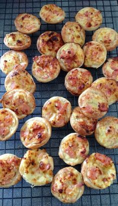 This is my party quiche recipe modified for thermie. Thermomix Mini quiches (for proportions) - can eat hot or cold & can freeze for later. Best fresh out of the oven! Savory Snacks, Healthy Snacks, Healthy Recipes, Baby Recipes, Mini Quiches, Low Carb Dinner Recipes, Cooking Recipes, Bellini Recipe, Snacks Für Party