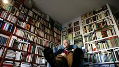 El escritor José María Merino, en su biblioteca