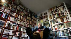 También llega hasta el techo la biblioteca del escritor José María Merino.