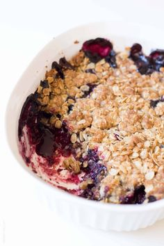 The easiest triple berry crumble, made with frozen fruit! Thickened frozen berri… The easiest triple berry crumble, made with frozen fruit! Thickened frozen berries topped with an oat crumble topping. Ready in 10 minutes! Oat Crumble Topping, Vegan Crumble, Fruit Crumble, Fruit Pie, Healthy Recipes, Fruit Recipes, Dessert Recipes, Vegan Desserts, Easy Desserts
