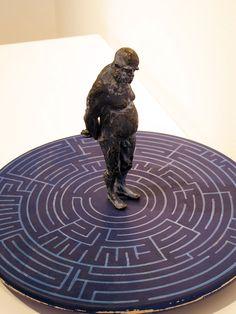 Roberto Reula Existencias limitadas 2.0 bronce y madera 40 x 40 x 28 cm.