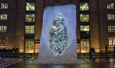 Londýn má vánoční strom ukrytý v obří kostce ledu