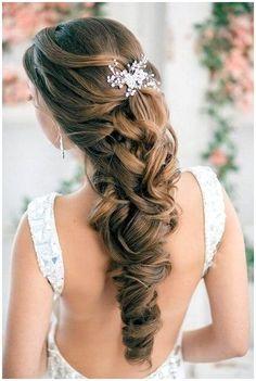 Braided bohemian hairstyle with a delicate bridal hair accessory. Una trenza cierra este increíble peinado para novias boho. ¿Estará inspirado en Elsa de Frozen? Un accesorio delicado completa el tocado.