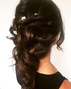 Mermaid Brautfrisur  Eine lockere und zarte Frisur. Designer Dresses, Long Hair Styles, Beauty, Hair, Hairdo Wedding, Young Women, Mermaid, Designer Gowns, Long Hairstyle
