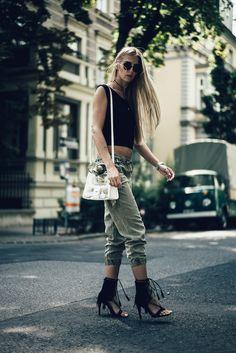 Military pants, crop top, white bag, black high heels Military Pants, Black High Heels, Hipster, Crop Tops, Bag, Style, Fashion, Swag, Moda