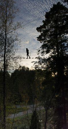 Auringonlaskun tunnelmissa Leppävaaran urheilupuiston korkeimmalla sillalla. #seikkailupuisto #treetopadventure #espoo #finland