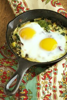 A delicious combination of creamed kale and leeks topped with an egg and baked in the oven. A simple, healthy breakfast to get your day going. Healthy Low Carb Recipes, Healthy Cooking, Paleo Recipes, Whole Food Recipes, Healthy Eating, Cooking Recipes, Cooking Kale, Healthy Foods, Free Recipes