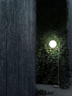 Ce lampadaire est une étonnante fusion de lumière et d'équilibre. IC LIGHT de @flos émet une lumière diffuseuse chaude qui créer le parfait ambiance pour une soirée en plein air. Outdoor Light Fixtures, Outdoor Lighting, Flos Lamp, Free Standing Lamps, Architectural Lighting Design, Green Facade, Contemporary Floor Lamps, Sky Garden, Luminaire Design