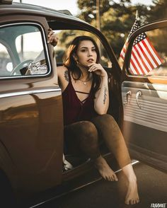 Bus Girl, Beach Cars, Volkswagen Group, Barefoot Girls, Vw Cars, Poses For Pictures, Female Friends, Car Girls, Vw Beetles