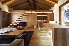 Деревянный интерьер в различных дизайнерских стилях  Современные деревянные интерьеры являются эталоном особенной красоты, домашнего комфорта и теплой атмосферы. Интерьер с присутствием дерева в отделке всегда дарит эстетическое наслаждение и излучает атмосферу тепла и уюта. В деревянном интерьере зачастую присутствуют межкомнатные двери из массива, деревянная мебель и соответствующее напольное покрытие.