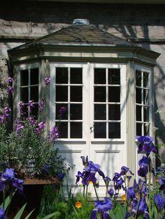 prieeltje met blauwe iris