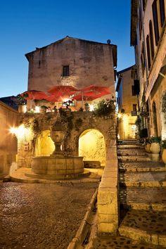 Saint-Paul-de-Vence    Sus calles estrechas y adoquinadas, con pasajes abovedados y escaleras, preservan el aire medieval de las poblaciones de interior de la Costa Azul francesa.