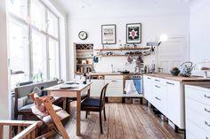 Wunderschön eingerichtete Altbauküche in Berlin mit großer Fensterfront, Küchentisch, Holzbank und weiteren charmanten Einrichtungsgegenständen.  3-Zimmer-Wohnung in Berlin. #kitchen #Küche #Altbau