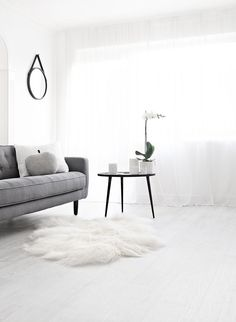 Monochrome black white interior style styling stylist home house design design decor Scandic minimal minimalist Monochrome Interior, Gray Interior, Minimalist Interior, Home Living Room, Interior Design Living Room, Living Spaces, Modern Interior, Living Area, Living Room Inspiration