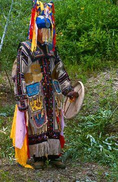 Şamanların kullandığı bir başka eşya ise asalarıdır. Bu baş kısmı 2 ya da 3 çatallı sopaların uç kısımları şamanın ait olduğu klanı ifade eder. Bu asaların uç kısımlarına kumaştan yapılmış beyaz, sarı, kırmızı, yeşil, mavi ve siyah renkte şeritler ve çanlar bağlanır.