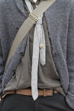 casual tie + sweater jacket, textures, shades of grey; A Well Traveled Woman, Look Fashion, Womens Fashion, Casual Tie, Mein Style, Androgynous Fashion, Androgyny, Inspiration Mode, Skinny Ties