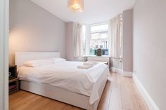 Fully refurbished 1 bed flat. Spacious bedroom with double bed. Living room with comfortable sofa bed. Spacious Kitchen with dining table. Renovated bathroom. WIFI included. Great location in a lovely area of Islington & close to central London!