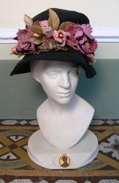 Cappellino Vintage degli anni '70 in tessuto cotone e nylon ideale per l'autunno e inverno, con una romantica applicazione floreale.  Etsy shop: https://www.etsy.com/listing/483063386/1970s-vintage-black-hat-with-flowers?ref=shop_home_active_2