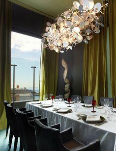 """In """"Europas bestem Design-Hotel"""" (World Travel Award 2014) dinniert man so. Und manchmal mit dem Kreuzer vor dem Fenster. Mehr über das Hotel: http://www.travelbook.de/europa/Bestes-All-Inclusive-romantischstes-Resort-bestes-Design-Hotel-Gruende-warum-die-Reise-nach-Portugal-ein-Muss-ist-510516.html"""