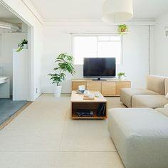 団地インテリアの達人になろう。生活をワンランクUPさせるコツ | iemo[イエモ] Natural Interior, Muji Style, Zen Design, Japanese House, Apartment Interior, Living Room, Interior Design, Bedroom Eyes, Table