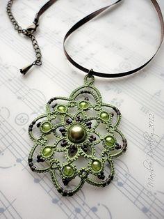 Rotación tatted colgante en verde por yarnplayer, a través de Flickr